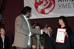 Kneginja Jelisaveta uručuje nagradu Ivici Vidanoviću