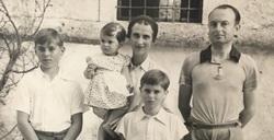 Princeza Jelisaveta i njena porodica ispred dvorca Brdo (fotografija zabeležena kasnih 1930-ih)